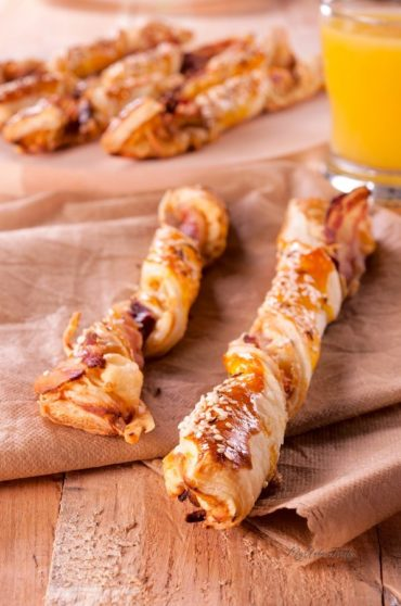 Cheese Twists with Garlic and Sesame